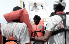 i migranti a bordo dell'Aquarius con giubbotti salvagente.