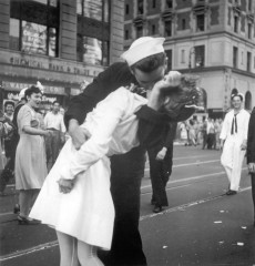 l'iconica foto del bacio tra il marinaio e l'infermiera in Manhattan's Times Square, a New York City per celebrare la fine della Seconda Guerra Mondiale.