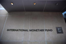 Logo e nome dell'International Monetary Fund (IMF) sull'entrata del quartier generale dell'istituzione..