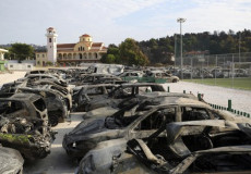 File di auto incendiate, recuperate in Attica (Grecia).