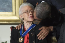 Katherine Johnson riceve il bacio dell'allora presidente Barack Obama in occasione del Presidential Medal of Freedom.