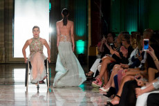 Iulia Barton in carrozzina nella sfilata Rome Inclusive Fashion Night