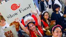 Slow Food scritto in un cartellone alla fiera di Terra Madre