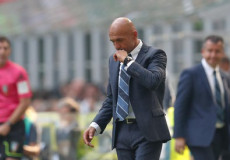 Spalletti, l'allenatore dell'Inter segue la partita a bordo campo.