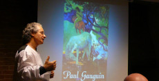 Francesco Santoro durante una conferenza su Paul Gauguin