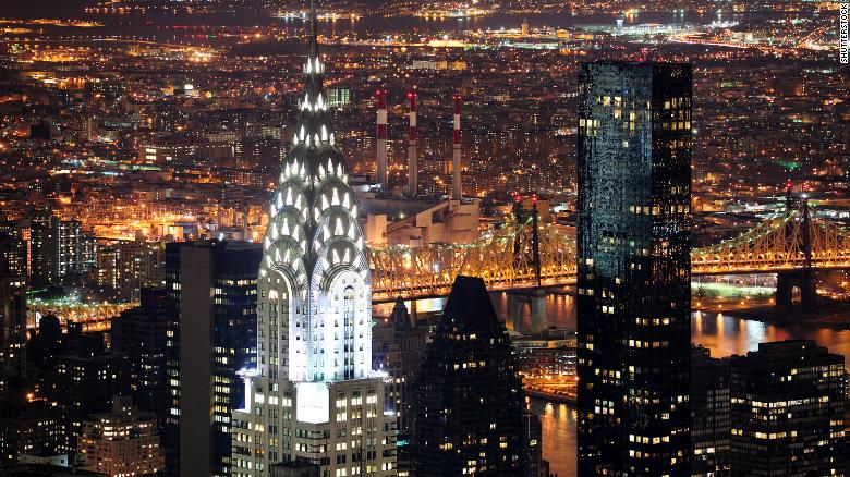 Vista notturna del Chrysler Building a New York.