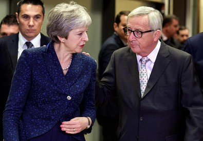 Theresa May e Jean Claude Juncker.
