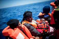 Donne migranti salvate dalla Sea Watch con bambini in braccio.