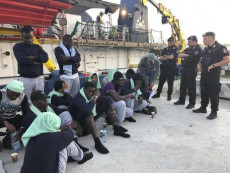 I migranti a bordo della Sea Watch all'arrivo a Lampedusa.