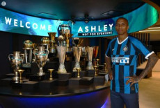 Il calciatore inglese Ashley Young con la maglietta dell'Inter.