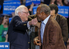 Il candidato dem Bernie Sanders (S) e l'attore di Hollywood Danny Glover in un rally di campagna elettorale a Greenville, South Carolina, nel 2016.