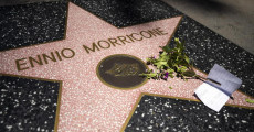 La stella di Ennio Morricone sulla Walk of Fame di Hollywood con un mazzo di fiori e una nota 'Grazie Per La Tua Musica Ennio' (Thank you for all the music Ennio)